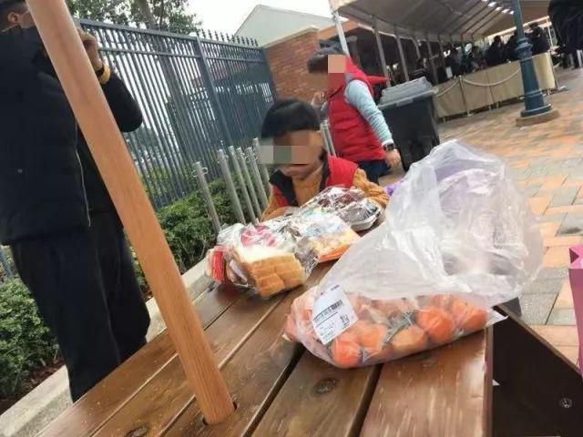 """""""禁止自带饮食""""是不是霸王条款?上海迪士尼因几十块零食被大学生告了"""