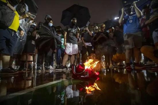 香港废青燃烧詹姆斯球衣 詹皇再次回应莫雷事件