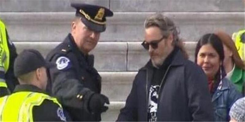 菲尼克斯被逮捕是怎么回事 小丑菲尼克斯被逮捕原因是什么