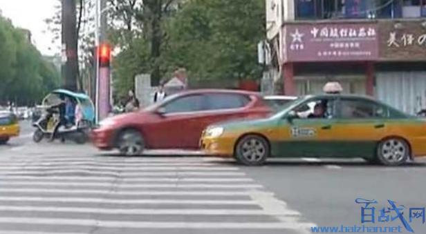 出租司机拉女乘客手,出租车司机摸女乘客手,司机骚扰女乘客