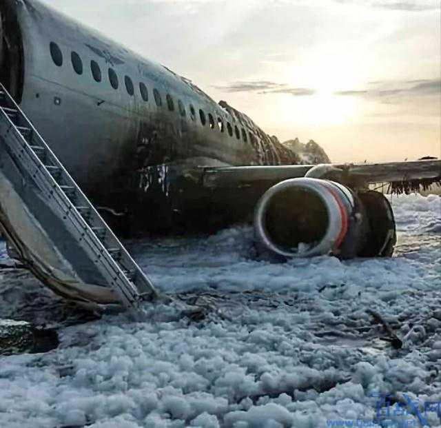 俄航空姐踢开舱门让乘客逃生