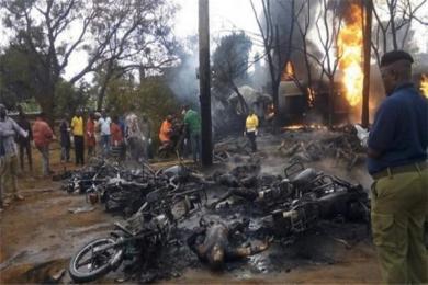 坦桑尼亚一油罐车爆炸至少50人死亡 许多民众由于收集漏油而被炸身亡