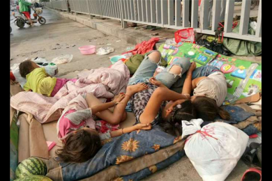 女子带4娃占道睡马路,曾被带走又返回原地