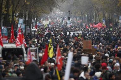 法国爆发大罢工,全国多地引发暴力事件