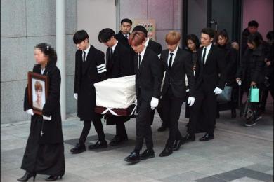 韩国自杀男星出殡 粉丝艺人现场挥泪送别!