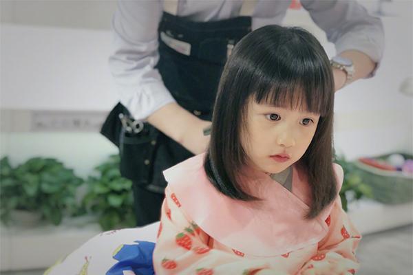 黄磊晒多妹新发型