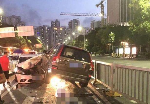 深圳一辆轿车失控撞人致3死,?#30340;?#21457;现药瓶是怎么回事?