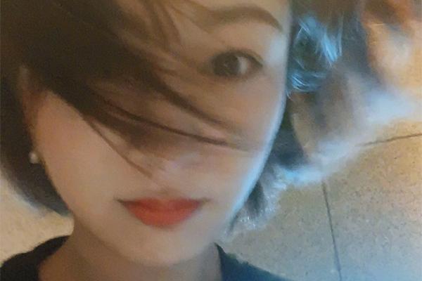 杨紫自拍头发凌乱不缺精致美,网曝杨紫机场被砸是怎么回事?
