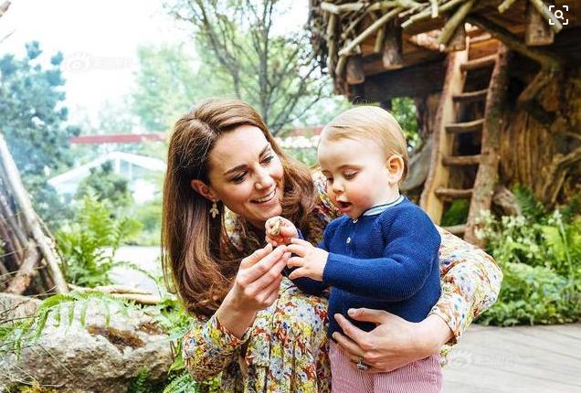 英国官方曝出路易小王子新萌照,一家人游花园很温馨