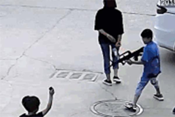 小孩打闹被扇耳光怎么看?母亲看不惯暴力介入引发街头斗殴