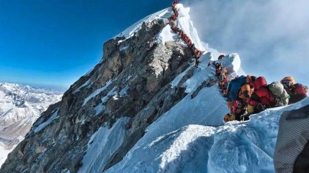 珠峰登顶堵塞致多死,登山季人数众多酿悲剧