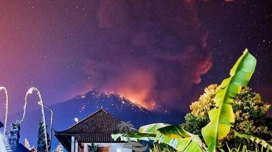 巴厘岛阿贡火山再次喷发,受其影响多航班滞留