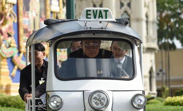 泰國總理開嘟嘟車,泰國總理開三蹦子,泰國總理