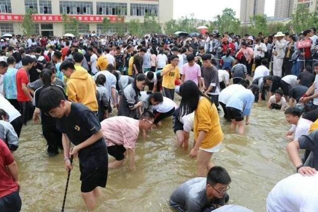 高考前如何给孩子减压?云南高三学生抓鱼解压