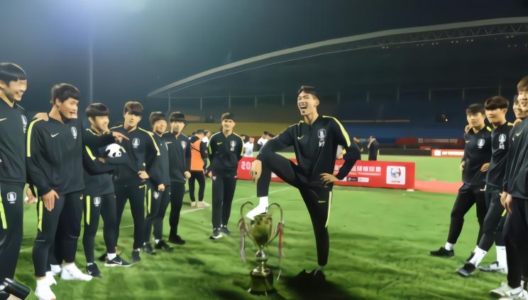 韩国队公开道歉:为脚踩熊猫杯奖杯一事道歉