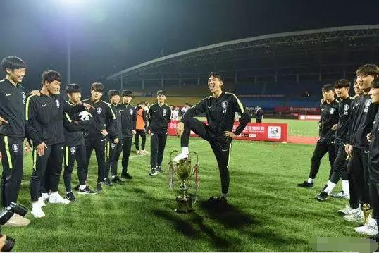 韩球员踩中国?#21271;?熊猫杯收回韩?#21271;? title=