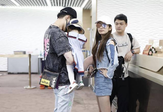 付辛博和穎兒機場現身 小女兒變身韓系少女