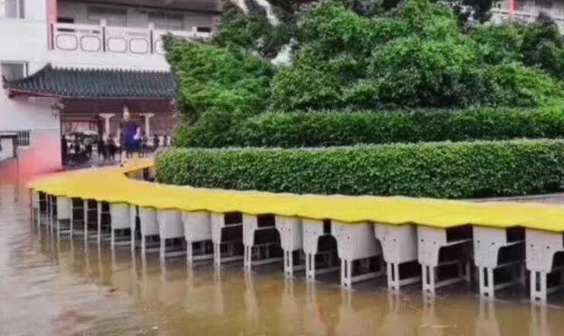 江西高考考場被淹,老師用課桌架起通往成功之橋