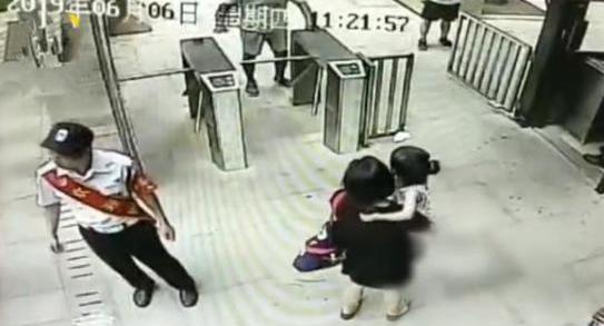 男子遛狗绊倒2岁女童,居然与孩子母亲大打出手
