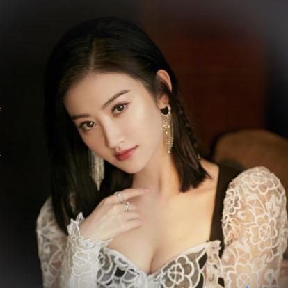 景甜(Jing Tian),1988年7月21日出生于陕西省西安市,华语影视女演员。2006年,景甜发行了个人首张音乐EP《你是谁》,并正式踏上演艺之路。