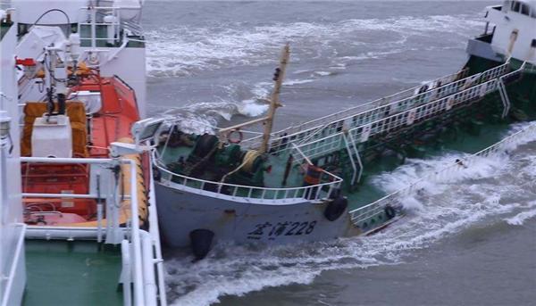 """长江现""""幽灵""""油船并抗法逃逸,存在重大走私嫌疑"""