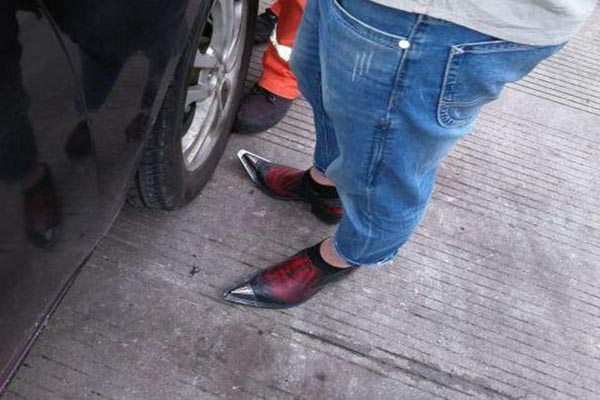 男子穿高跟鞋开车发生交通事故 民警表示从来没见过穿这样鞋子的男司机