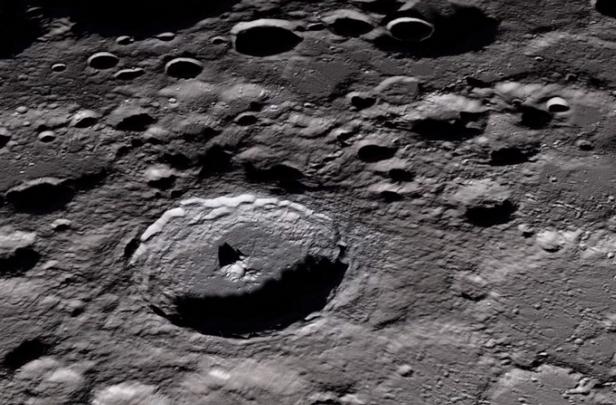 月球地幔埋藏神秘物质,科学家推断是小行星核心金属