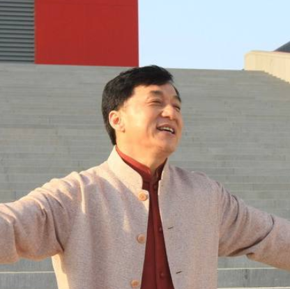 成龙(Jackie Chan),1954年4月7日出生于香港,祖籍安徽芜湖,中国香港男演员、导演、动作指导、制作人、编剧、歌手。1971年以武师身份进入电影圈。