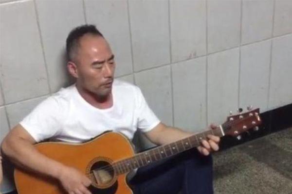 旭日阳刚王旭卖艺演绎街头卖唱老男人,王旭混到这地步了?
