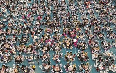 江苏盱眙举办万人龙虾宴,超3万名食客共享美食