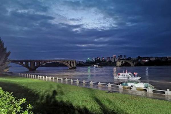 暴雨过后又一灾难 广东一大桥因泄洪洪水冲击垮塌
