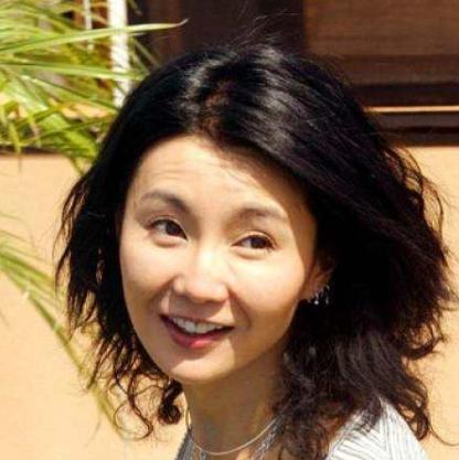 张曼玉(Maggie Cheung),1964年9月20日出生于香港,祖籍上海,影视演员、歌手、词曲创作者,爱丁堡大学荣誉博士。1983年因获得香港小姐亚军出道。1984年出演电视剧处女作《画出彩虹》进入影视圈。