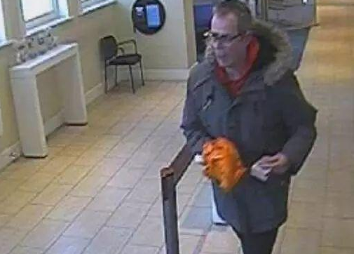 英国男子成功用香蕉抢银行,自首两次才被警察抓捕