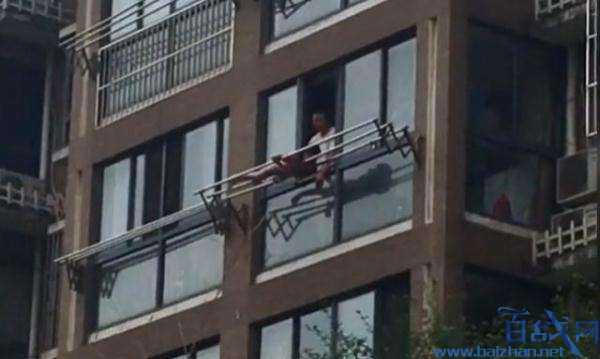 女童被绑高楼外晾衣杆打骂 是教育方式问题还是暴力虐待?