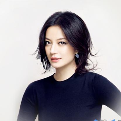 赵薇(Vicki Zhao),1976年3月12日出生于安徽省芜湖市,华语影视女演员、歌手、导演、监制,取得了北京电影学院导演系硕士的学位。1993年,完成了个人首部电影作品《画魂》,从而开启了她的演艺生涯。