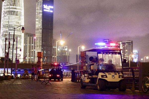 深圳湾公园现尸体,打捞上岸之后发现尸体腐烂有群众围观
