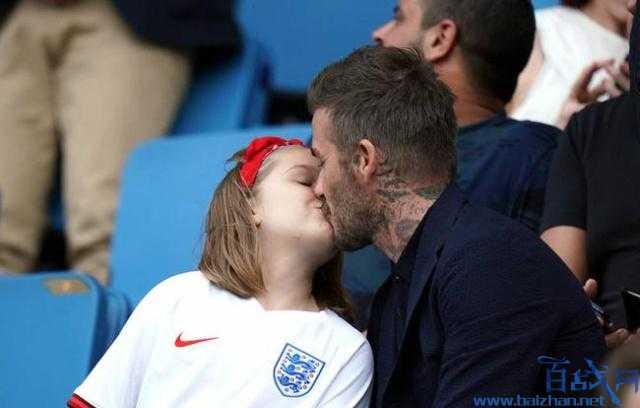 幼贝回答亲吻争议,贝克汉姆望台亲吻女儿,贝克汉姆吻女儿,贝克汉姆