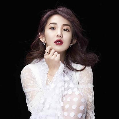 """郭书瑶,1990年7月18日出生于台湾省,华语流行乐女歌手、影视演员、模特、主持人。她高中就读于松山工农电机科夜间部。2006年,由于父亲去世,她选择休学、兼职3份工作来养家,并当过行政助理、饮料店店员等。之后,郭书瑶成为一名平面模特,并拍摄了电玩广告""""杀很大""""。"""