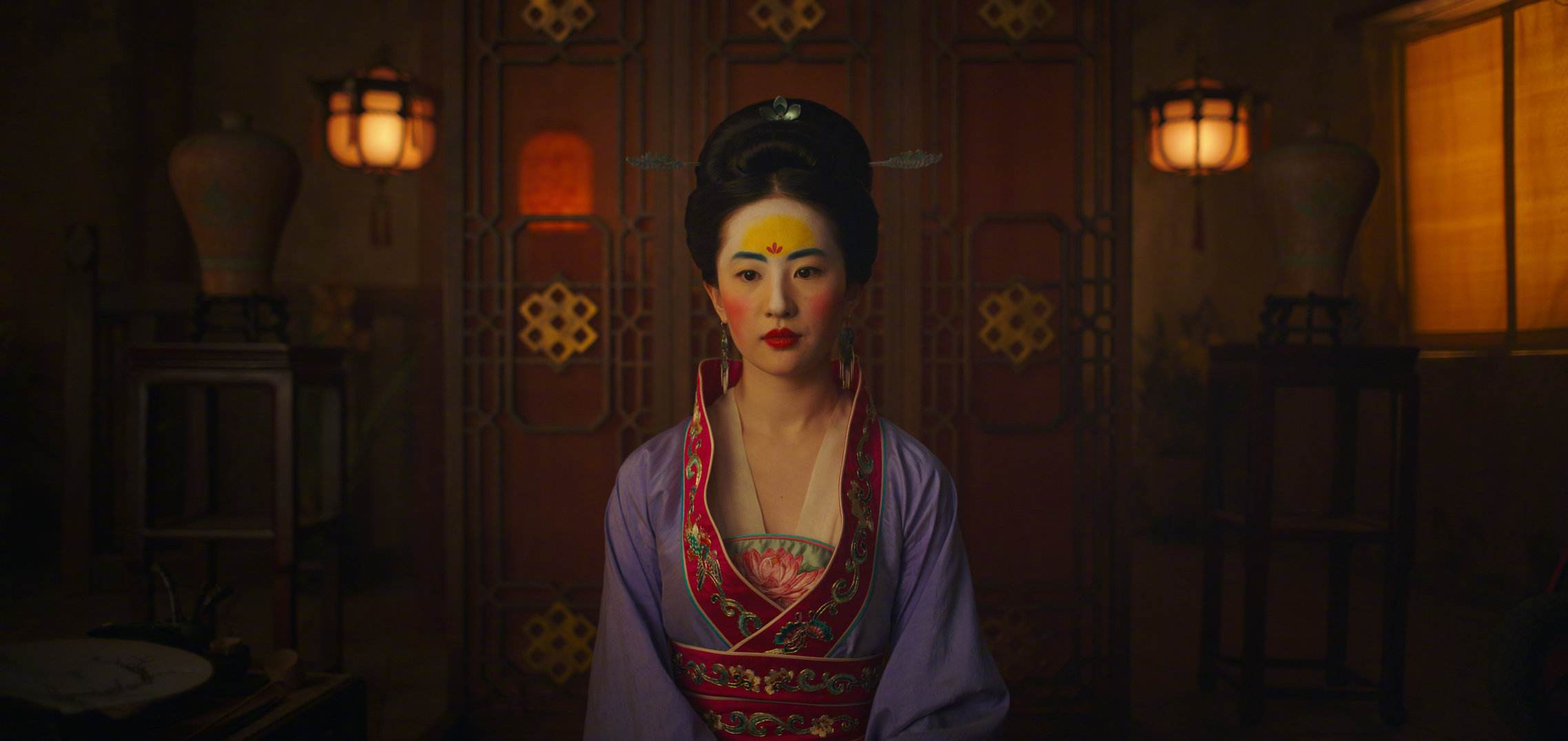 """花木兰电影预告片中刘亦菲妆容引热议 妆容实为古代""""额黄妆"""""""