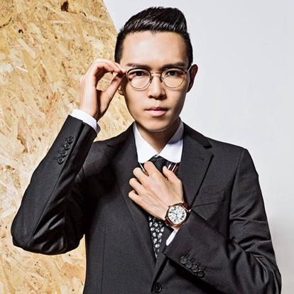 """方大同(Khalil Fong),1983年7月14日出生于美国夏威夷,中国香港男歌手。方大同从3岁开始接触音乐,擅长的是弹琴和吉他,经常与父亲在舞台上组乐队,对舞台表演也甚有经验。方大同于2005年出道,起初唱片公司采取""""听其声而不见其人""""的宣传手法。后来,他开始参与各大音乐会的演出。"""