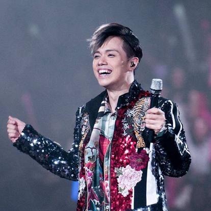 """张敬轩(Hins Cheung),1981年2月1日出生于广东省广州市,祖籍北京,中国内地男歌手,主要在中国香港发展。现任香港演艺人协会副会长 。没有依靠任何唱片公司,出了第一张专辑《Hin""""s First》(第一版)。在市场上引起反响后,他有了签约唱片公司的机会。"""