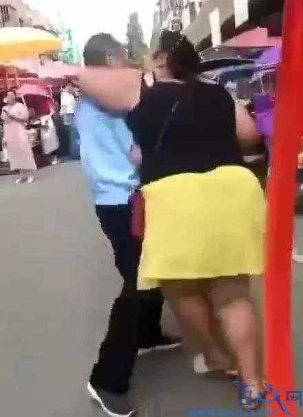 女主播强吻七旬大爷,300斤女子当街强吻大爷,300斤女主播