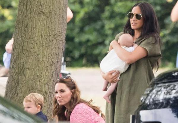 凯特梅根双王妃抱娃同框  参观皇家慈善马球日的比赛