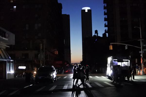 纽约大面积停电40000人受影响 疑似曼哈顿城变压器过载起火导致