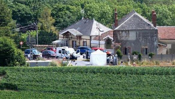 法国一列火车与发生与轿车相撞事故,3名儿童乘客在内4人丧生