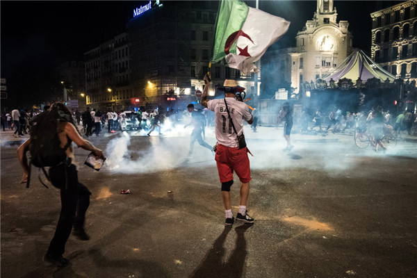 阿尔及利亚国家队晋级非洲杯决赛 法国里昂球迷庆祝引发暴力冲突