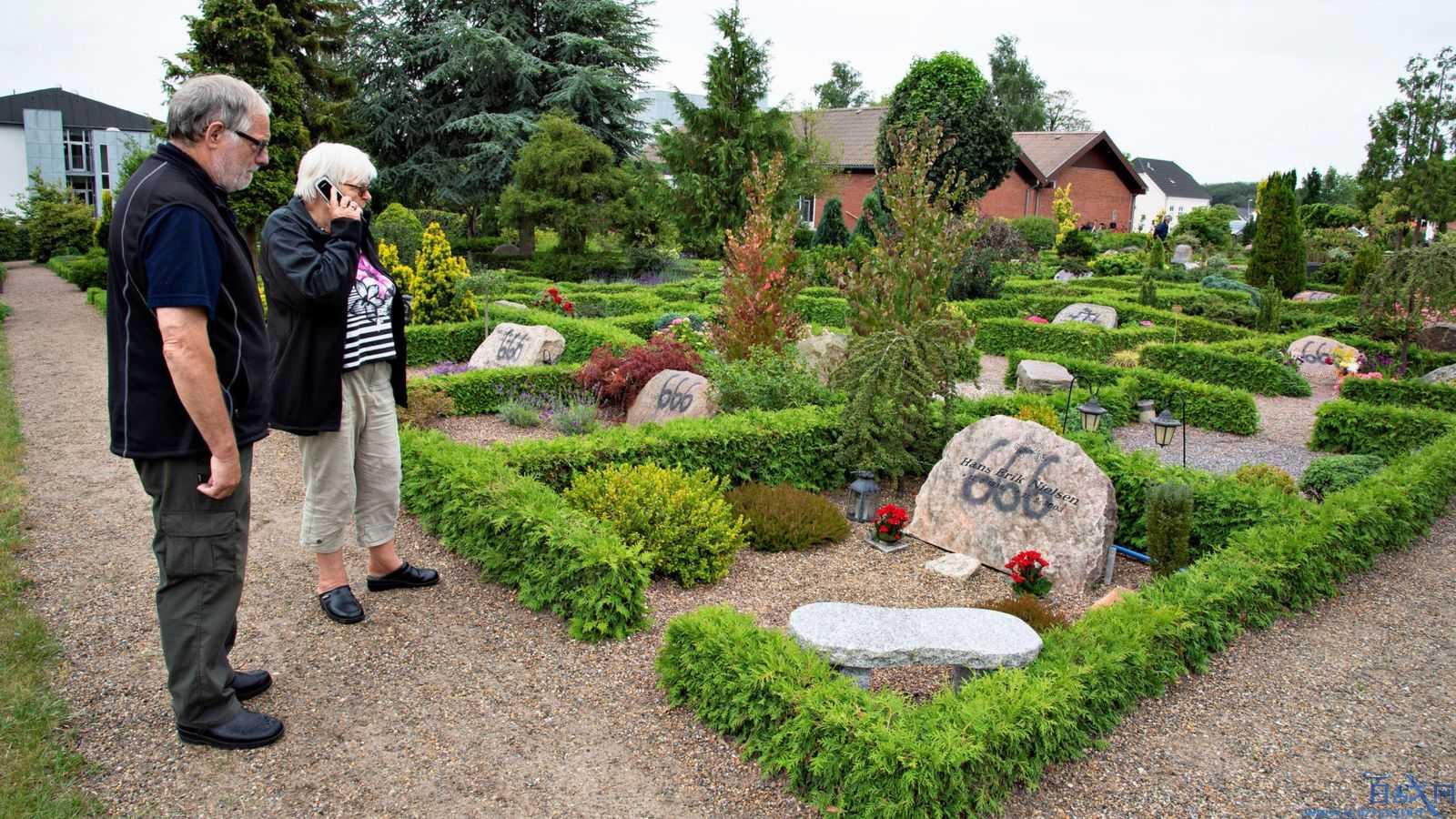 丹麦一墓园墓碑被人喷上