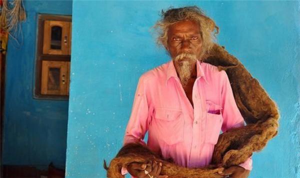 印度老人40年不理发,据说这样可以感受到神灵的召唤