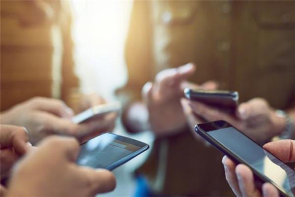 我国上半年手机上网流量达552亿GB 移动互联网累计流量达554亿GB同比增长107.3%