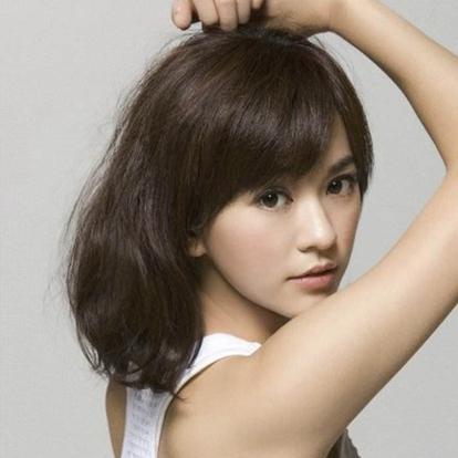 陈意涵(Ivy Chen),1982年11月12日出生于台湾省新北市,华语影视女演员。大学毕业后的她因在餐厅打零工时参加一次试镜而走上了演艺之路。2006年,她因主演银幕处女作《单车上路》而正式出道。